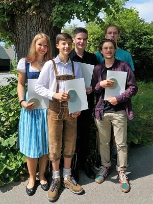 Montessori Schüler mit Abschlusszeugnis in der Hand