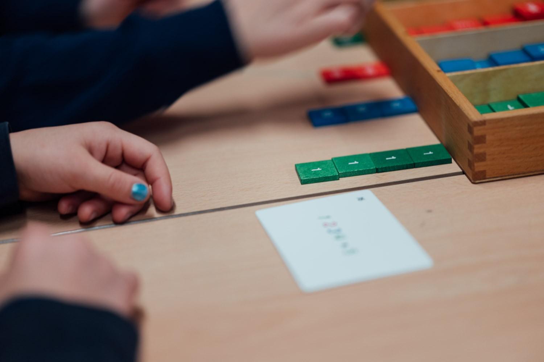 Kinder mit Bausteinen