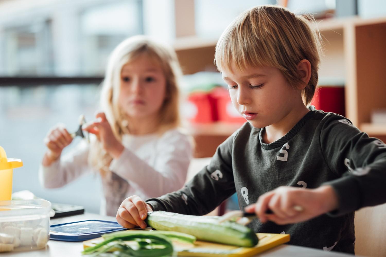 Schüler schält Gurke in der Montessori Kaufering