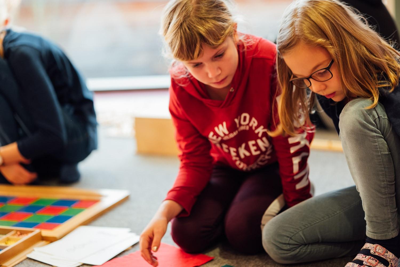 Zwei Mädchen lernen zusammen
