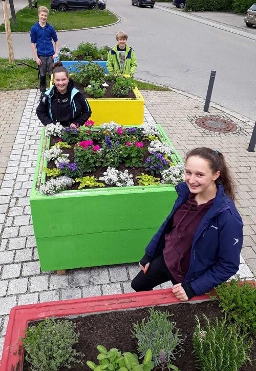 Kinder helfen bei Bepflanzung
